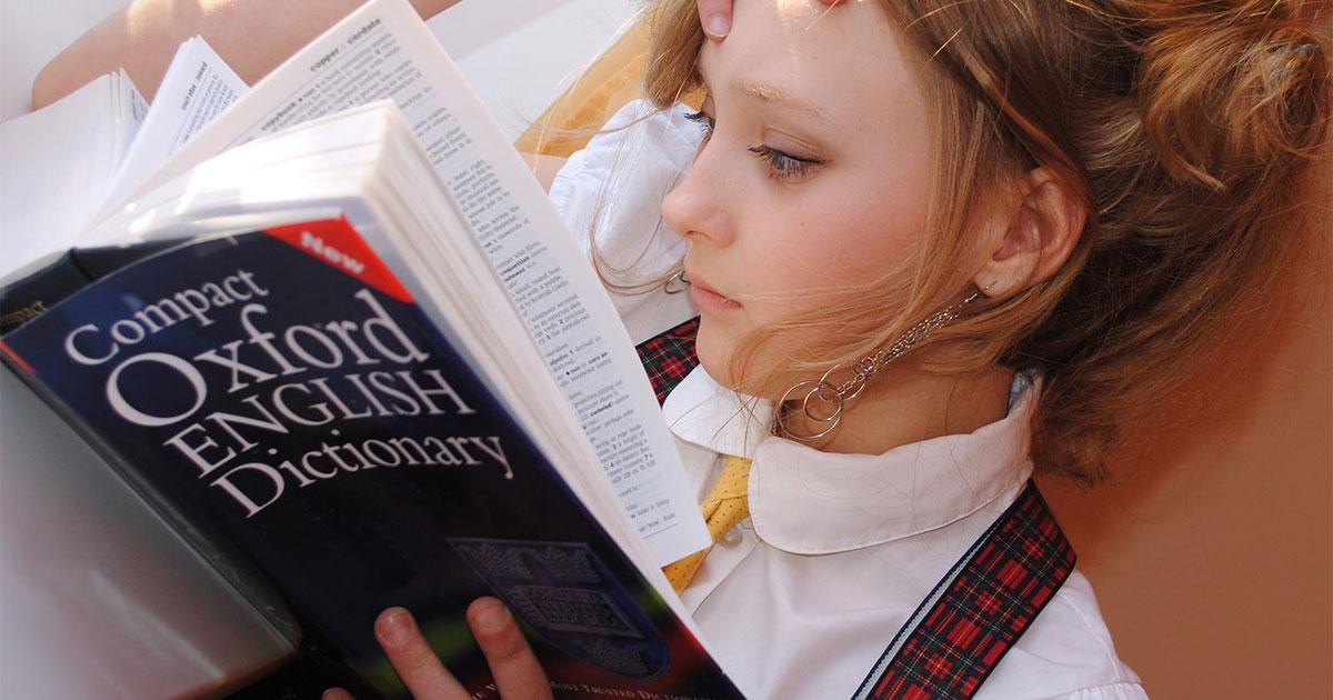 英語勉強する少女